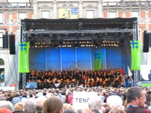 This is Bremen's Cathedral Choir as well as Bremen's Philharmonic orchestra singing with the audience the entire piece of Hendel's Messiah.